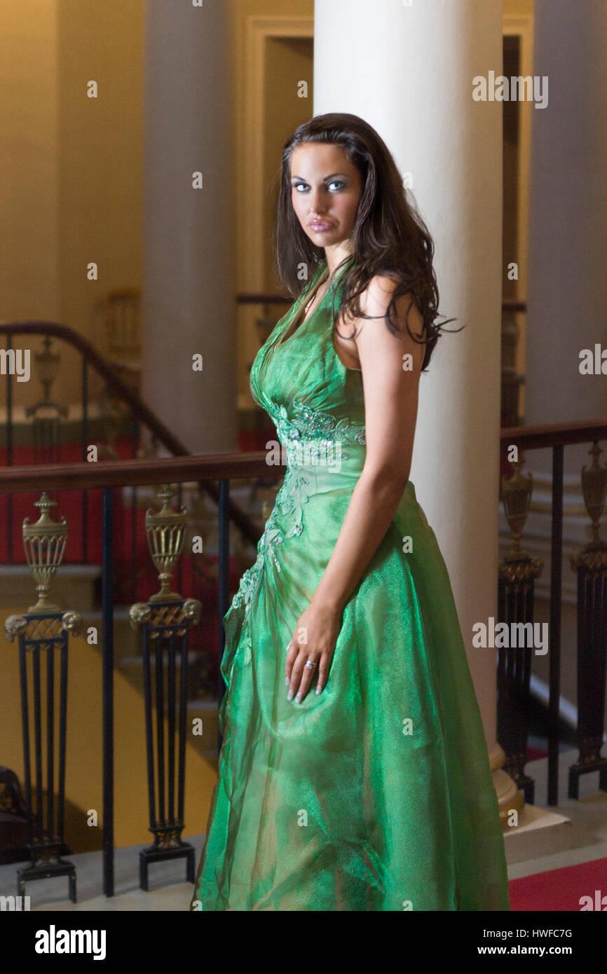 Attraente bella giovane donna adulta in elegante verde Palla abito vestito  modello di rilascio  Sì. Proprietà di rilascio  No. 4c0d45e2bf5