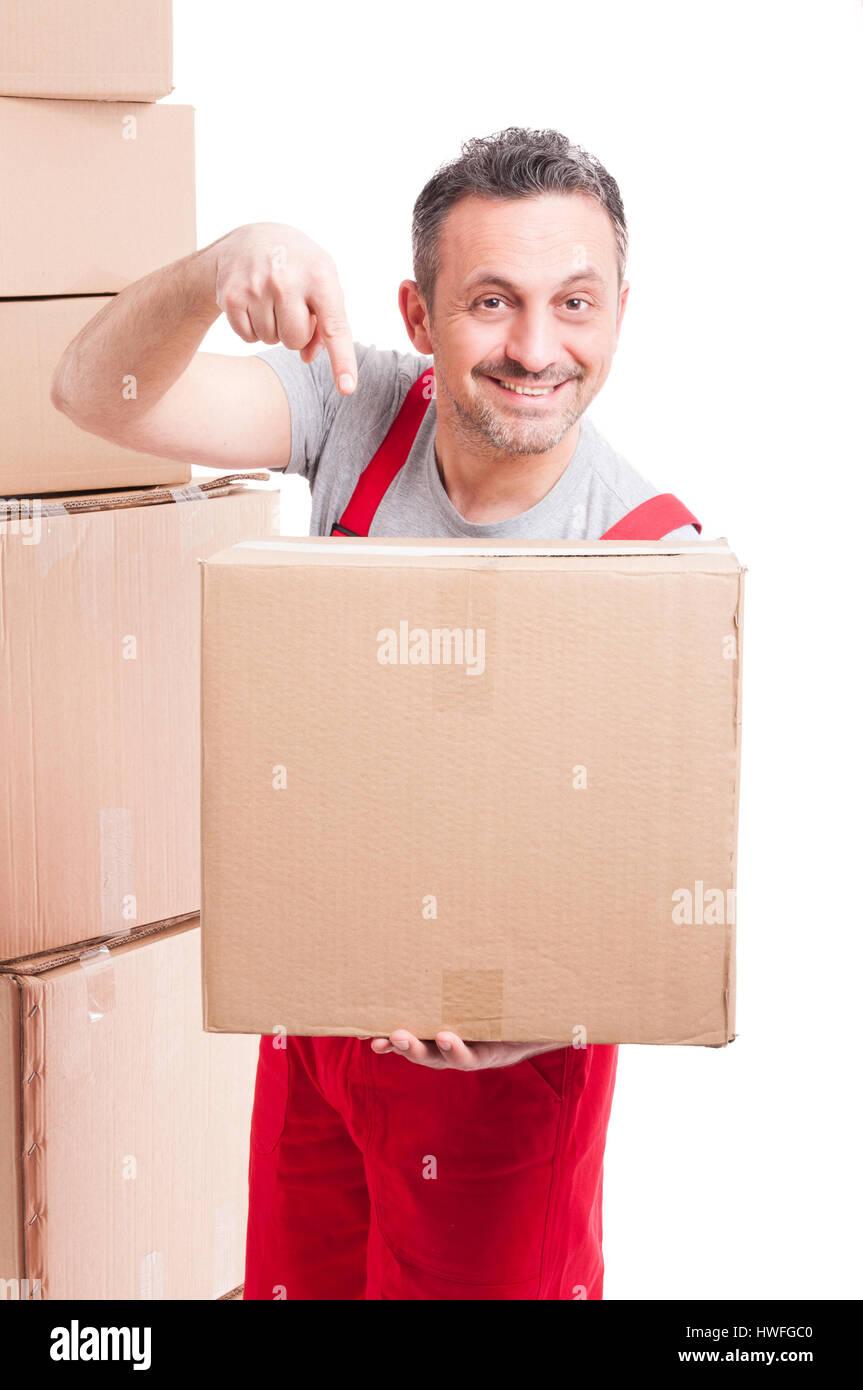 Mover ragazzo indossa rosso di puntamento globale una grande scatola di cartone e sorridente isolati su sfondo bianco Immagini Stock