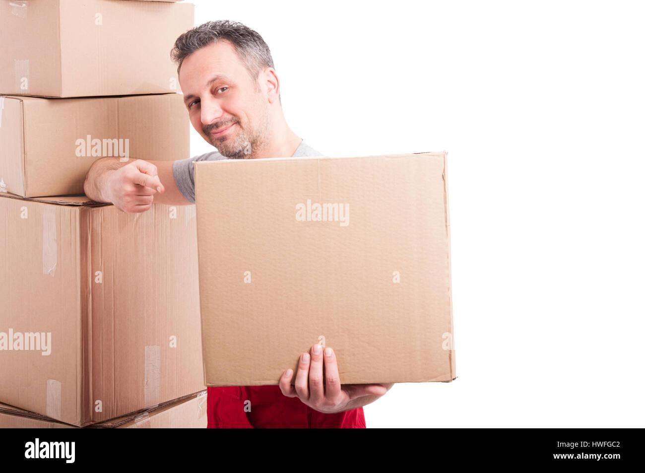 Mover ragazzo indossa rosso azienda globale e puntando una grande scatola di cartone e sorridente isolati su sfondo Immagini Stock