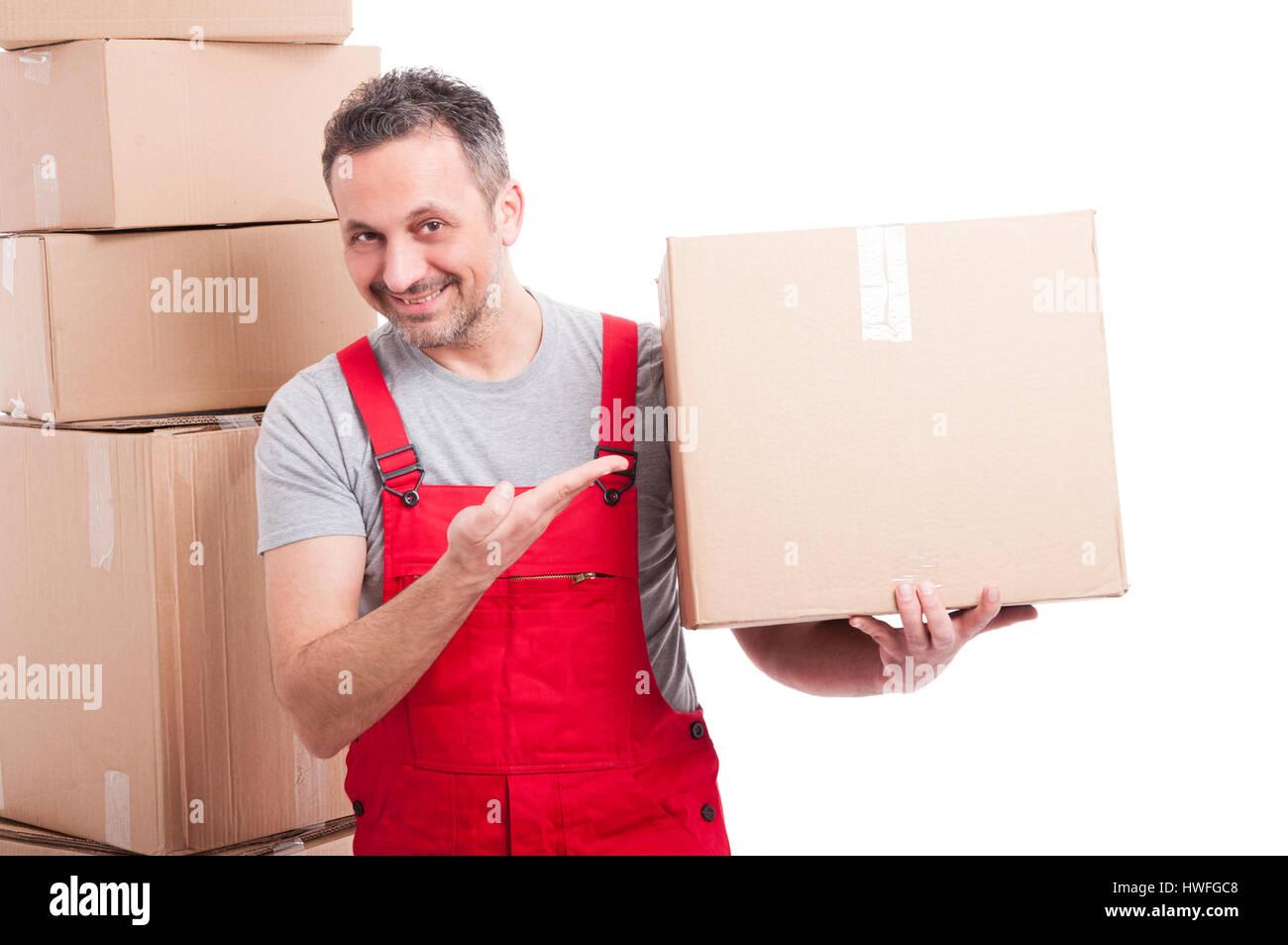 Mover ragazzo indossa rosso azienda globale e che mostra una grande scatola di cartone e sorridente isolati su sfondo Immagini Stock