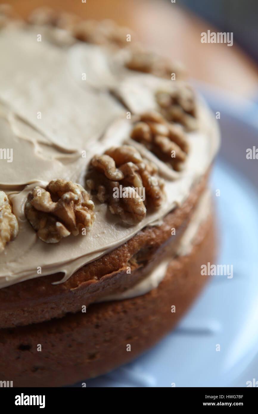La cottura a casa caffè e torta di noci per una festa Immagini Stock