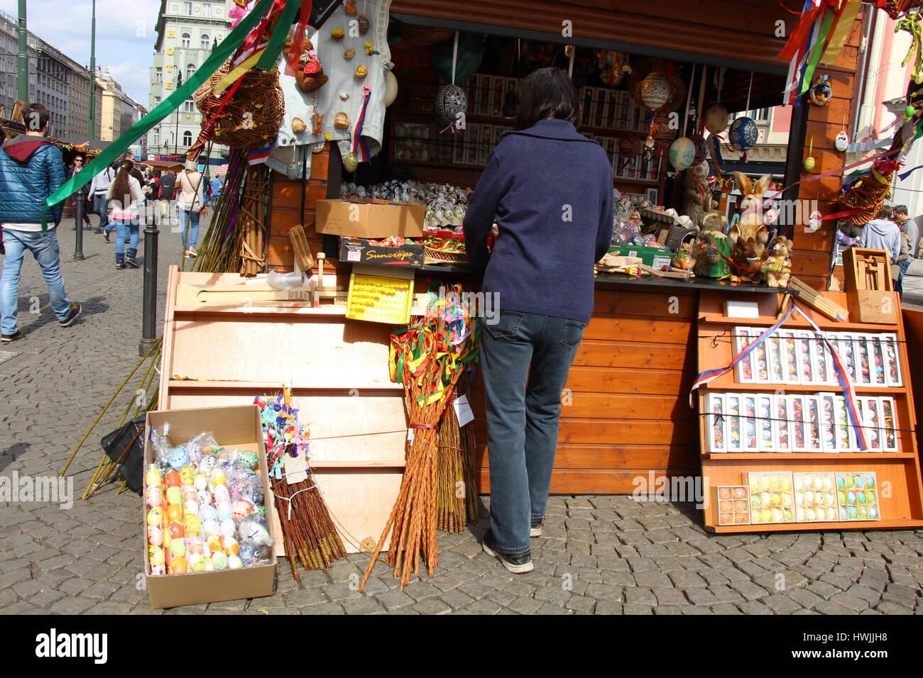 Una fase di stallo nel cuore di Praga, Repubblica Ceca vende festosa gli elementi di decorazione in anticipo della Immagini Stock