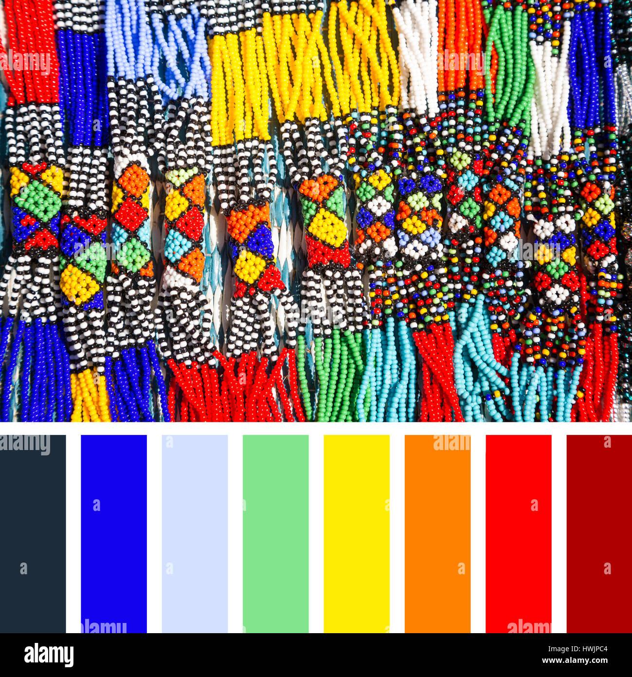 Tribale Africana Collane realizzate dal cordone di intricati lavori in colori luminosi. In una tavolozza di colori Immagini Stock