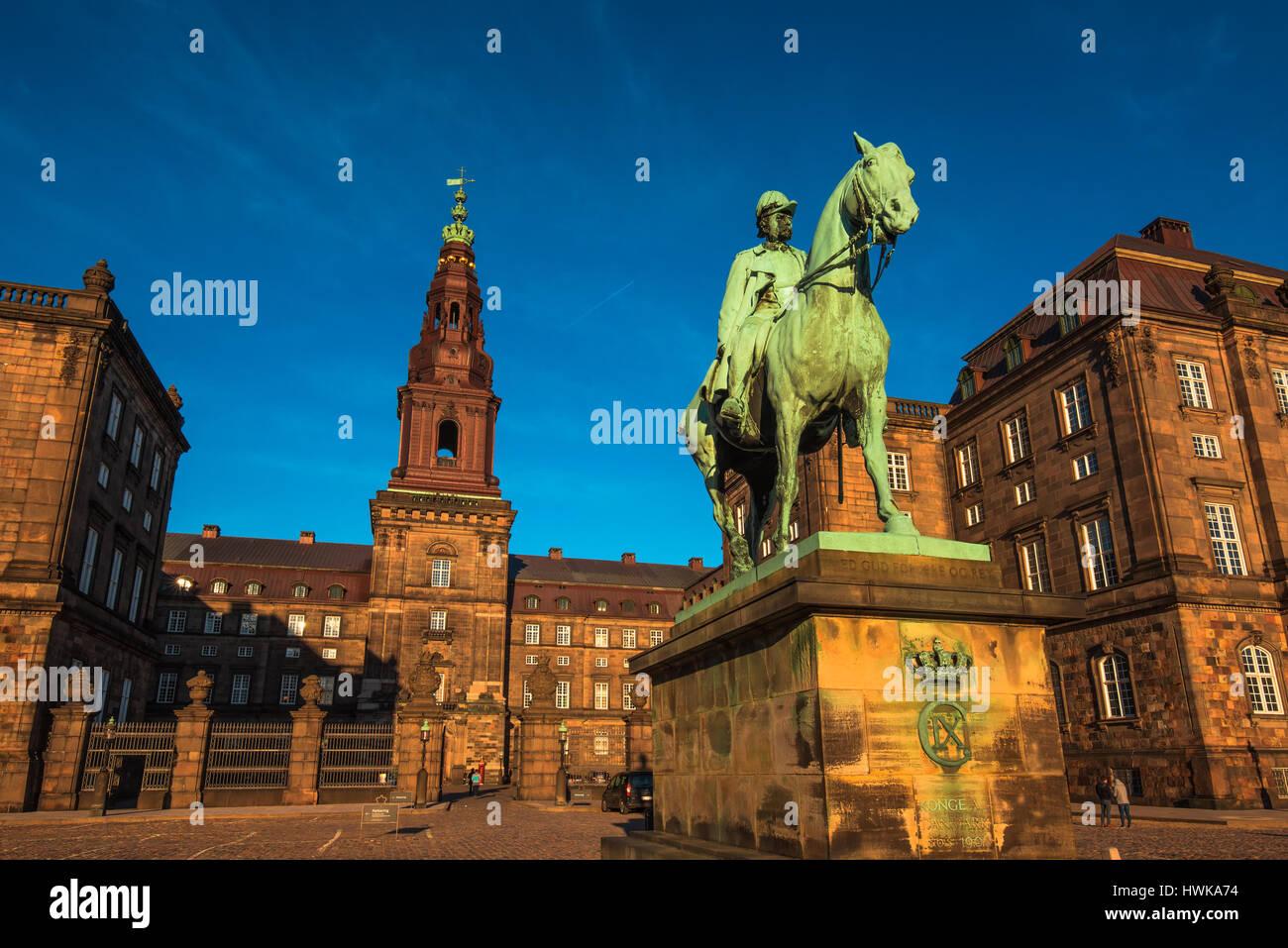 COPENHAGEN, Danimarca - 11 Marzo 2017: la statua equestre di re Cristiano ix Copenhagen Danimarca all'interno Immagini Stock