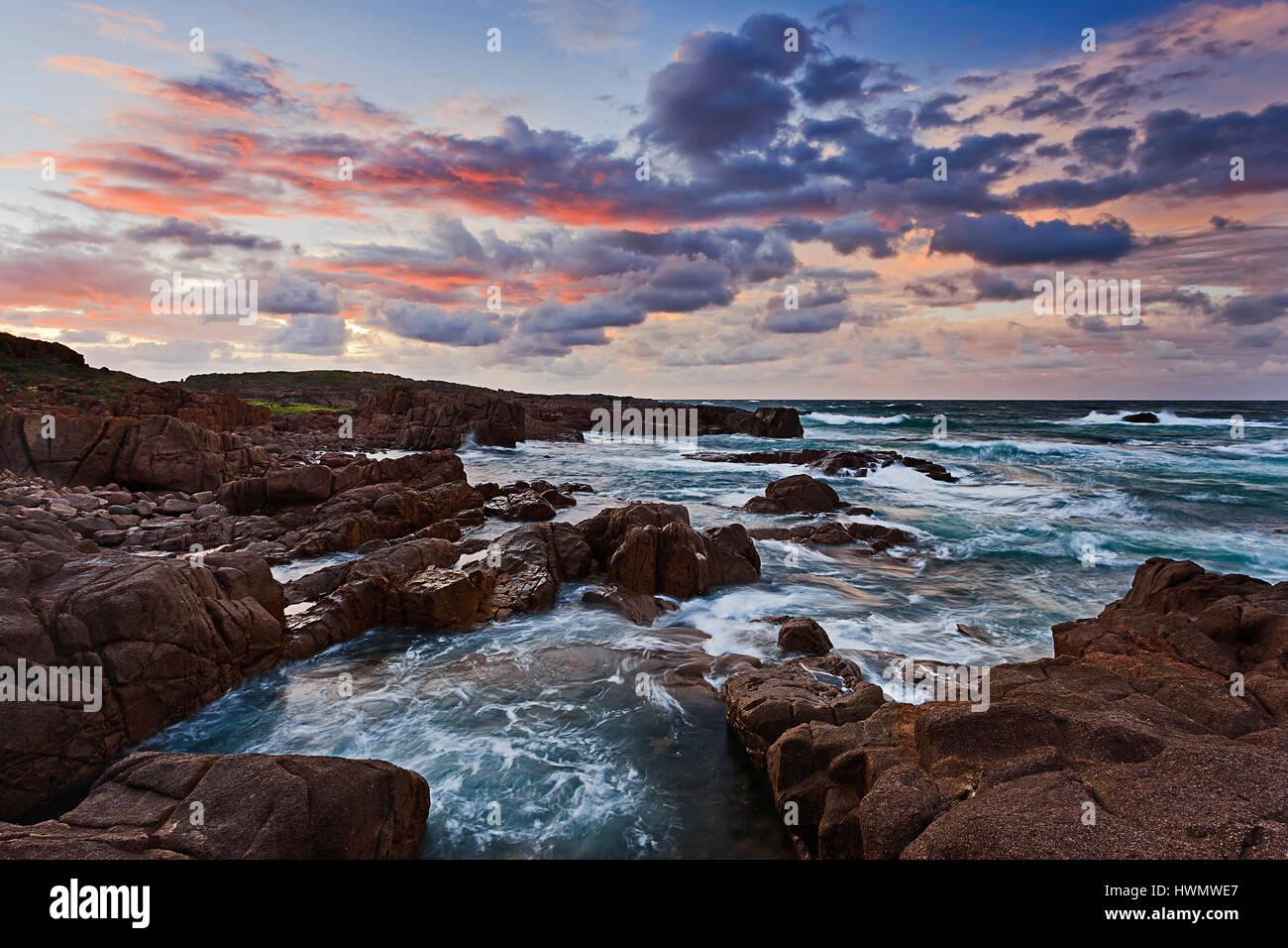 Costa del Pacifico in Australia vicino a Stockton Beach e Anna della Baia di Port Stephens. Massi di arenaria lavata Immagini Stock