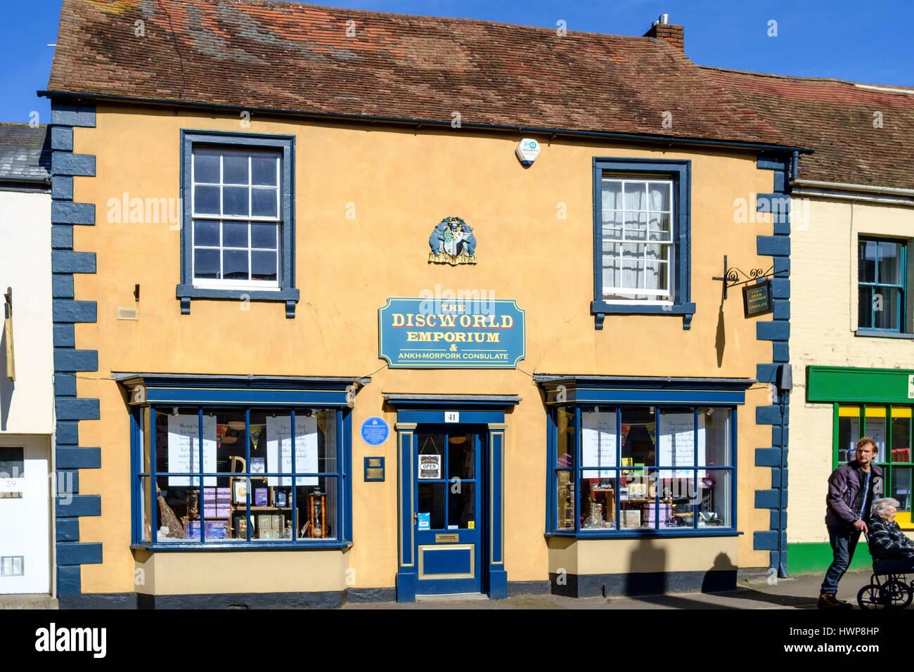 Viste della città Wincanton in somerset England Regno Unito. Astuzia artefice Discworld Shop Foto Stock