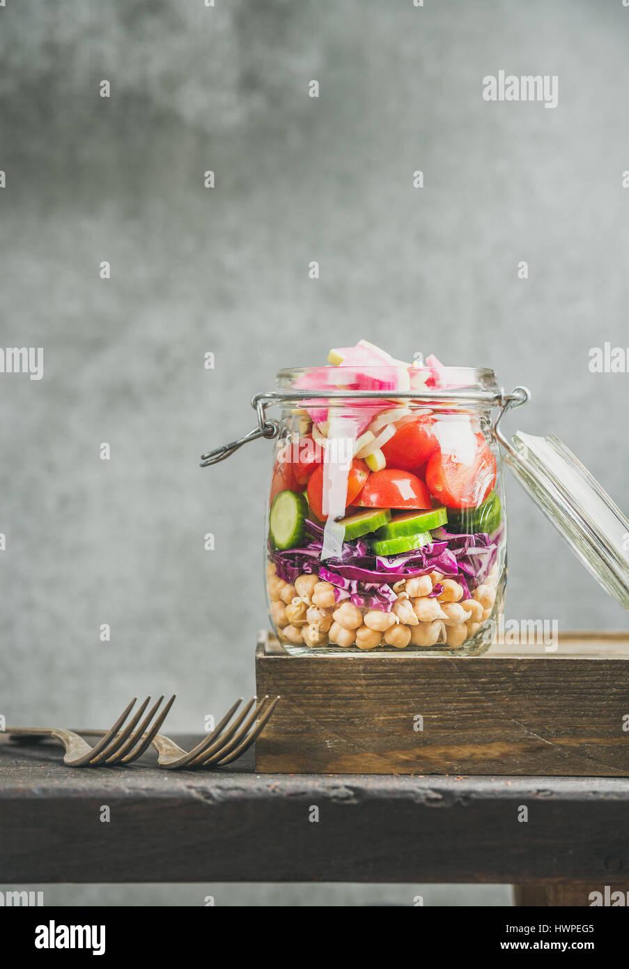 Una sana layered take-away con insalata di verdure e germogli di ceci Immagini Stock