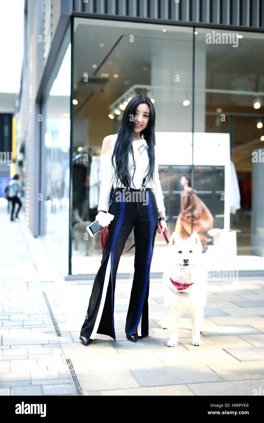 Beijin, Beijin, Cina. 23 Mar, 2017. Pechino, Cina-marzo 23 2017: (solo uso editoriale. Cina OUT) un pulcino ragazza cammina lungo la strada di Sanlitun, Pechino del fashion hub, marzo 23rd, 2017. Credito: SIPA Asia/ZUMA filo/Alamy Live News Foto Stock