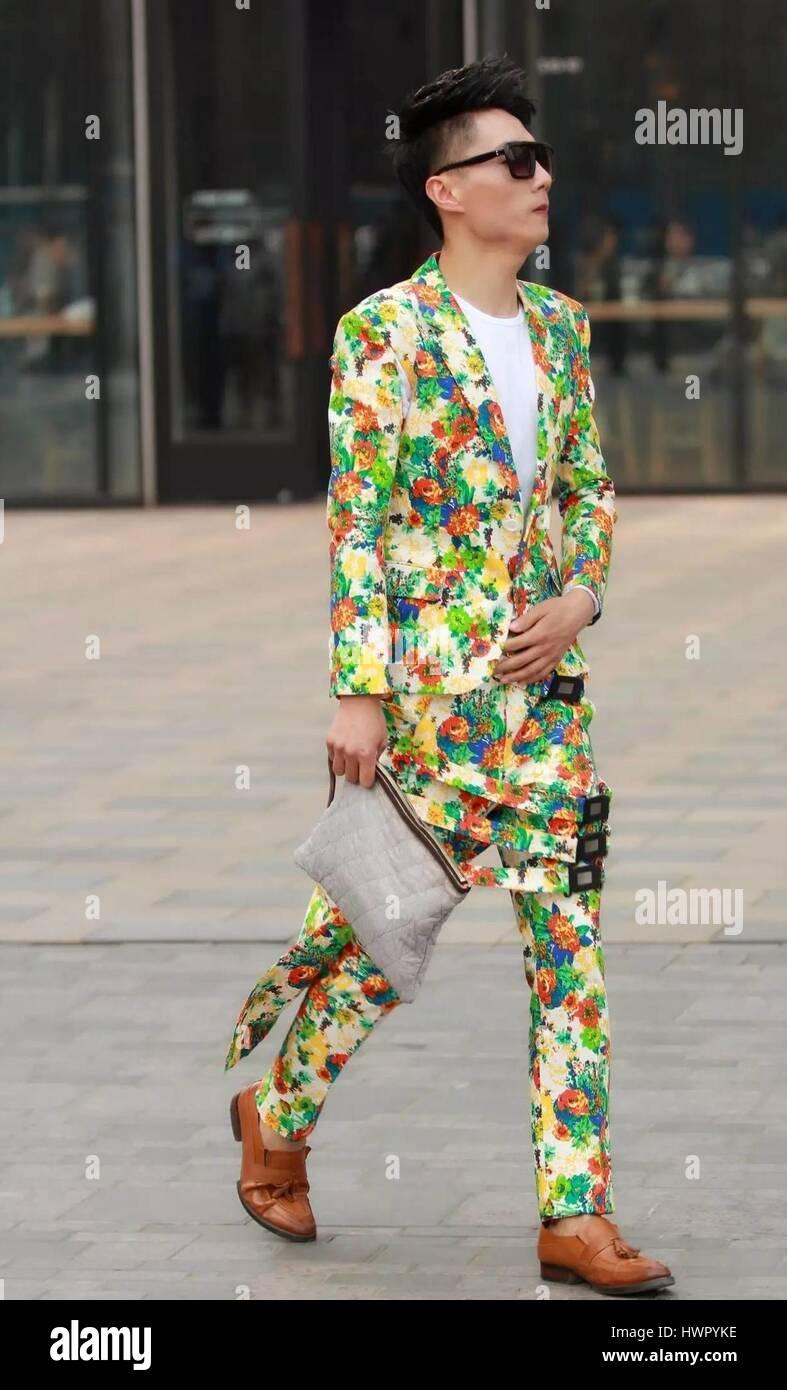 Beijin, Beijin, Cina. 23 Mar, 2017. Pechino, Cina-marzo 23 2017: (solo uso editoriale. Cina OUT) un uomo cammina lungo la strada di Sanlitun, Pechino del fashion hub, marzo 23rd, 2017. Credito: SIPA Asia/ZUMA filo/Alamy Live News Foto Stock