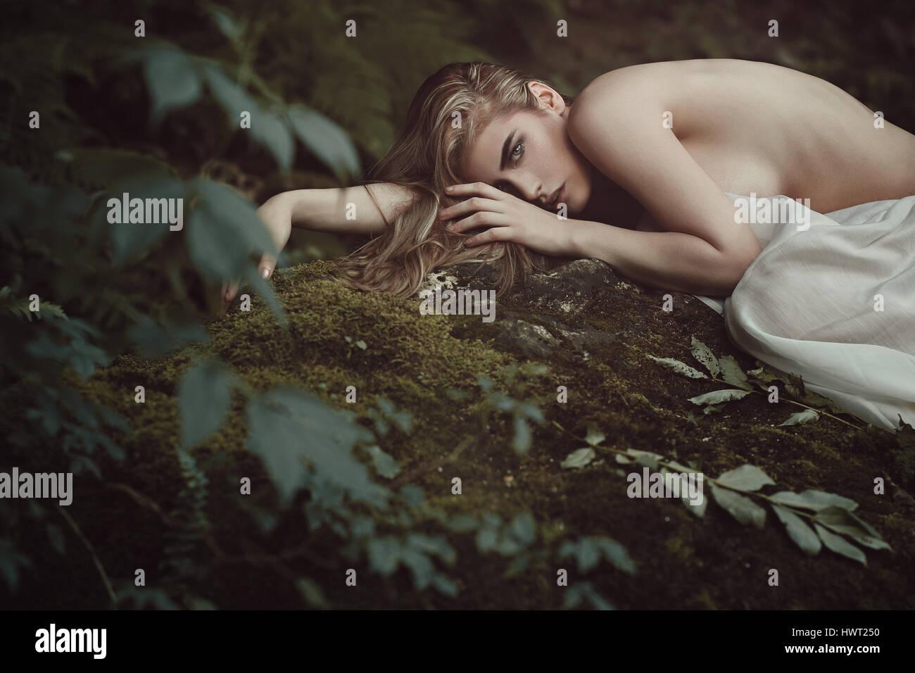 Bella foresta maiden nella madre natura pace. Fantasia e onirica Immagini Stock