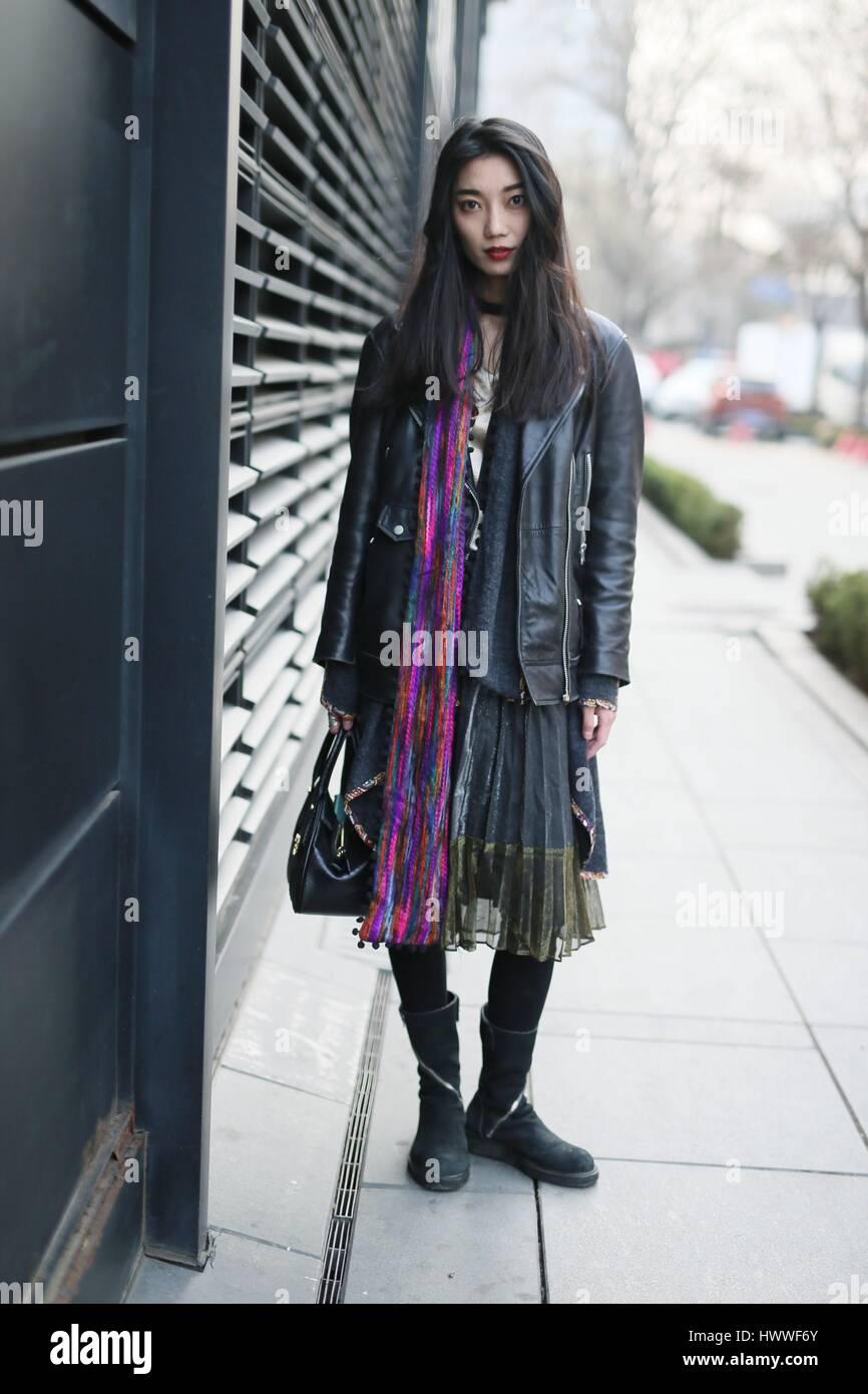Beijin, Beijin, Cina. 23 Mar, 2017. Un pulcino ragazza cammina lungo la strada di Sanlitun, Pechino del fashion hub, marzo 23rd, 2017. Credito: SIPA Asia/ZUMA filo/Alamy Live News Foto Stock