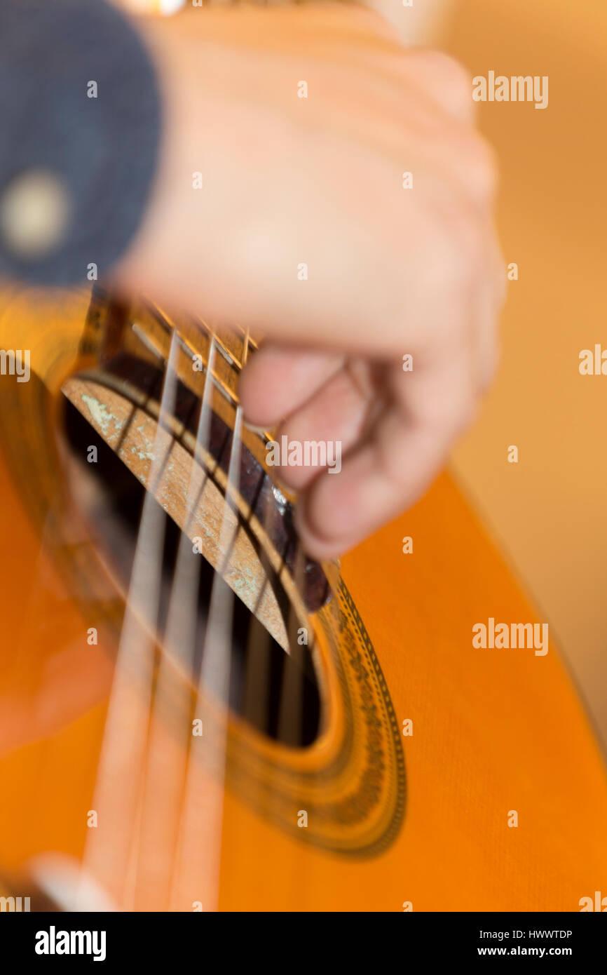 La chitarra classica suonata dal giovane. Immagini Stock