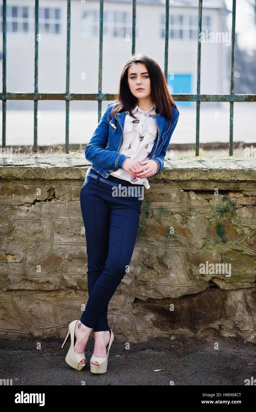 buy popular c5d2c f709c Giovane elegante brunette girl su t-shirt, pantaloni e ...