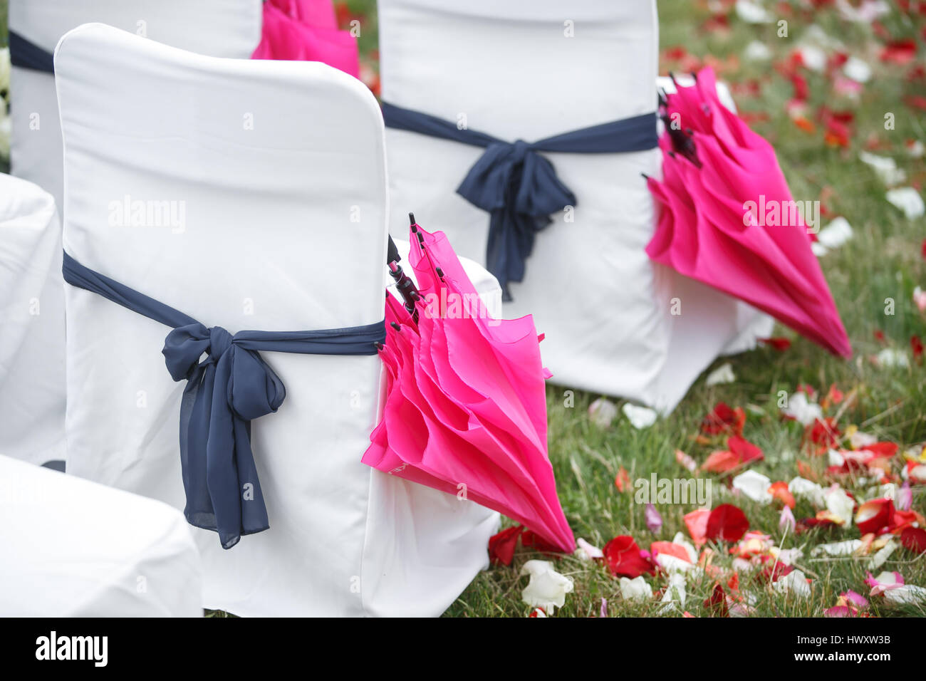 6152201aefa5 Gli archetti in tessuto. accessori sedia prua registrazione di nozze  Immagini Stock