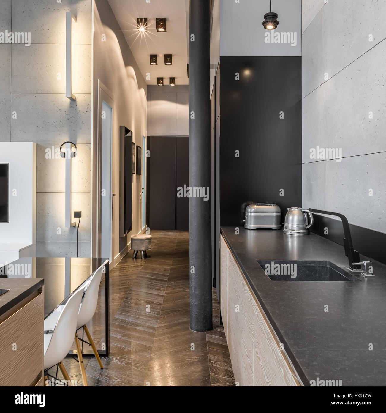 Cucina con bancone nero, nero tavolo e sedie bianche Foto ...