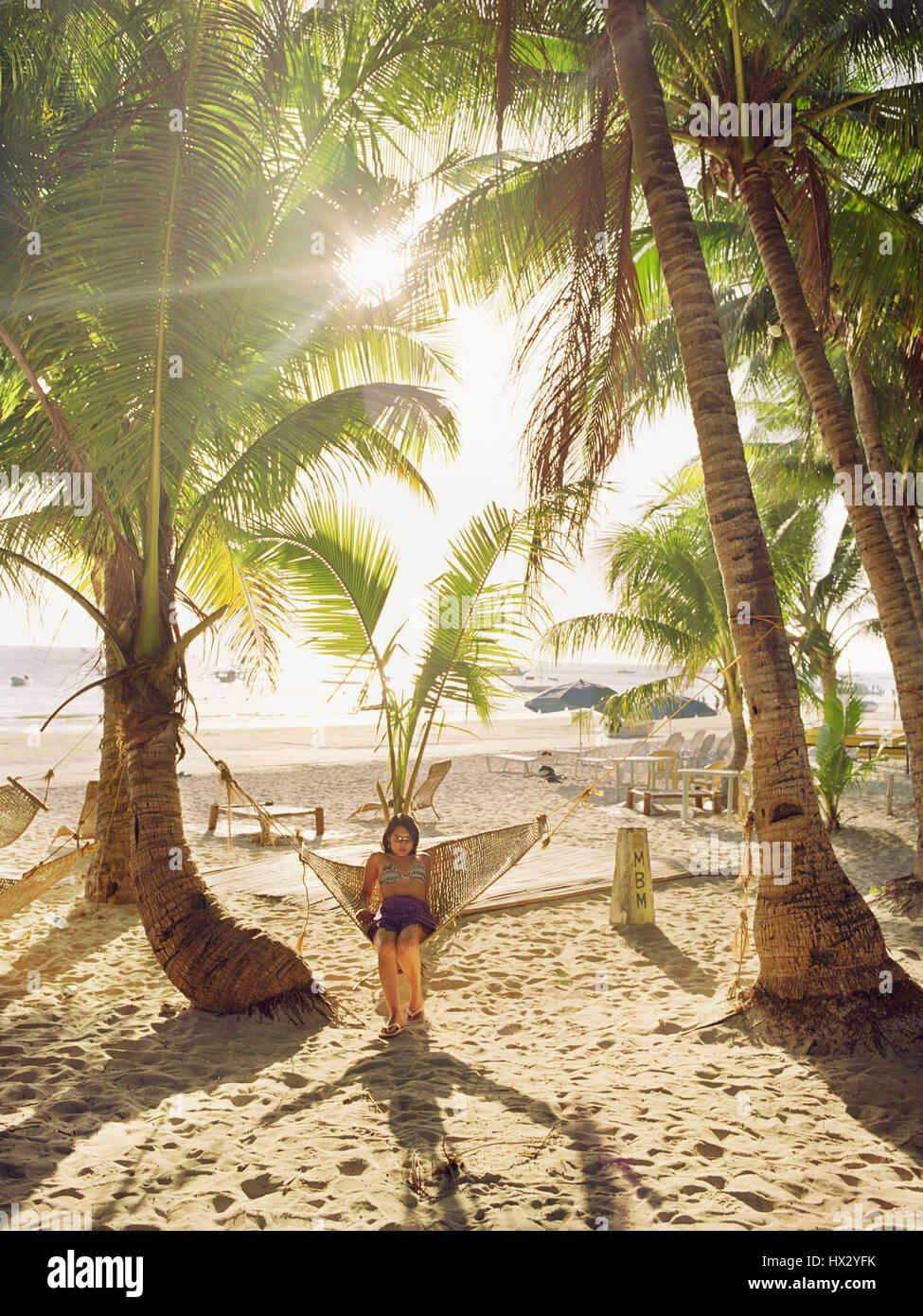 Donna relax in amaca in spiaggia Immagini Stock
