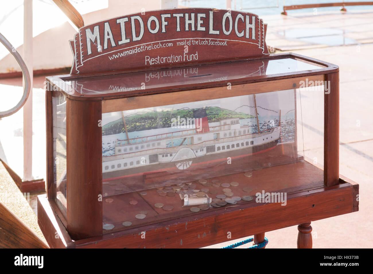 Cameriera del Loch restauro raccolta fondi donazione casella comprendente il vecchio stile pound monete, Balloch, Immagini Stock