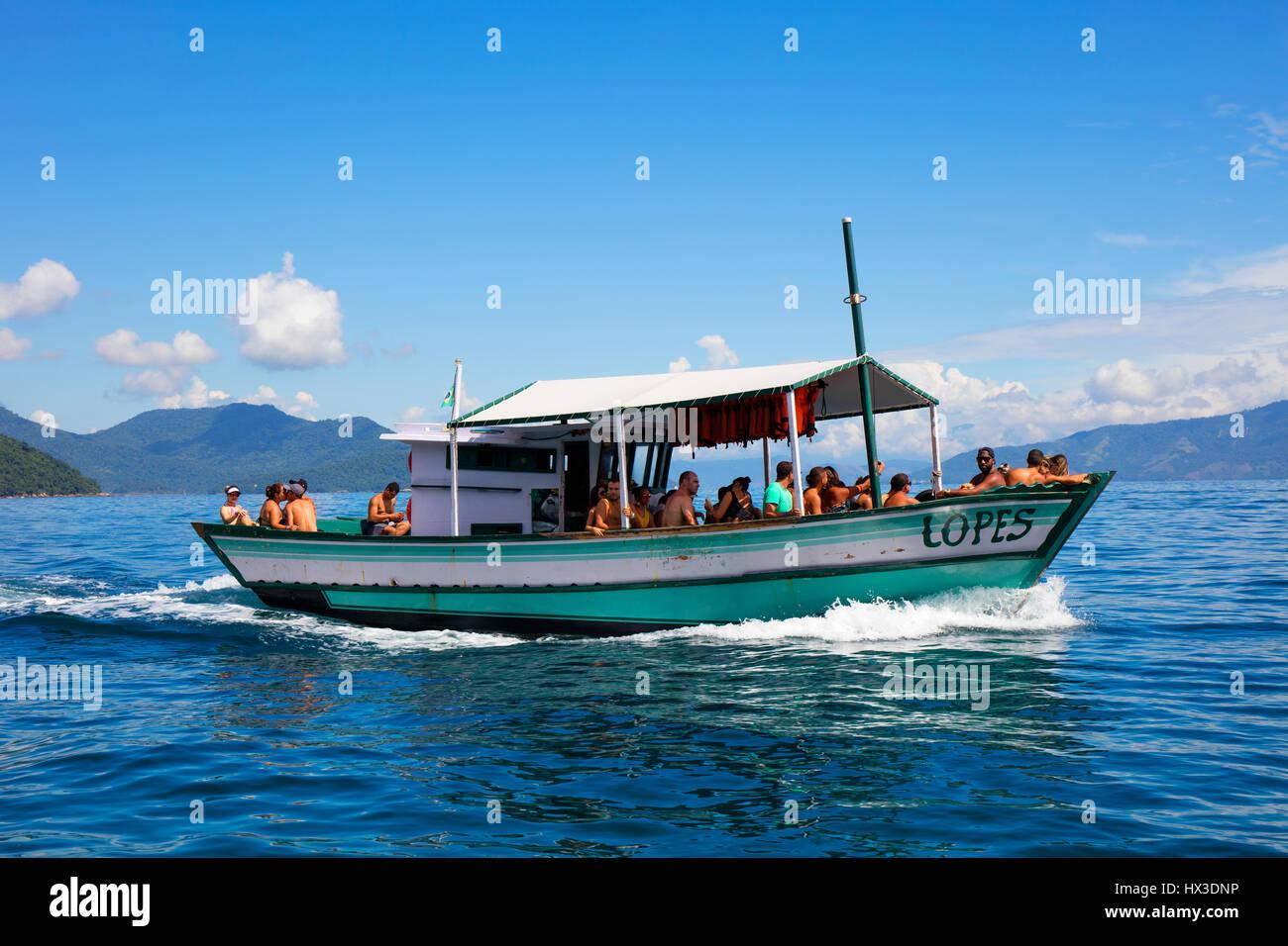Una piccola barca che trasportano i turisti da Villa fare Abraao alla spiaggia di Lopes Mendes. Ilha Grande, RJ, Immagini Stock