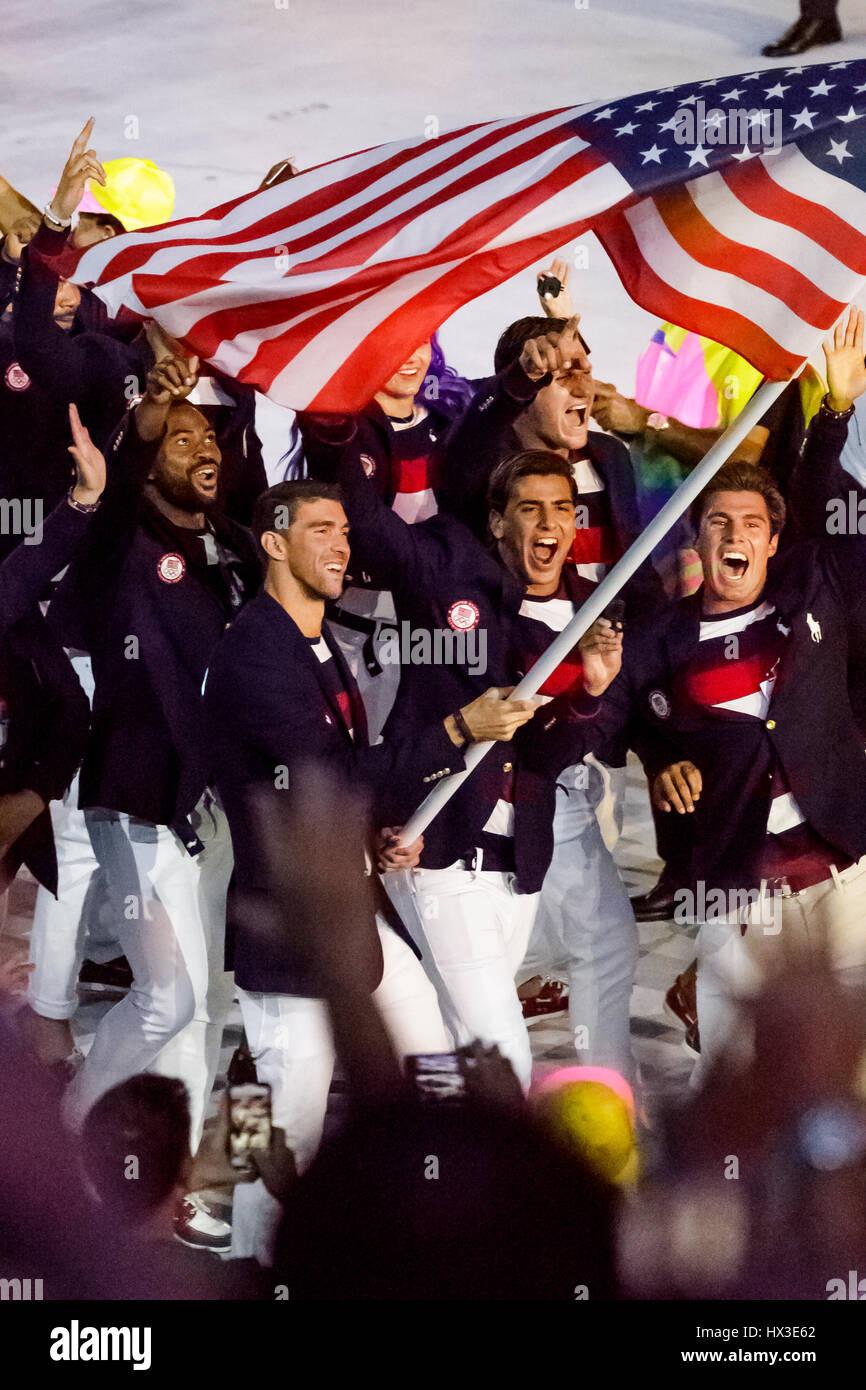 Rio de Janeiro, Brasile. 5 agosto 2016 Michael Phelps USA portabandiera alla Olimpiadi estive di cerimonie di apertura. Immagini Stock