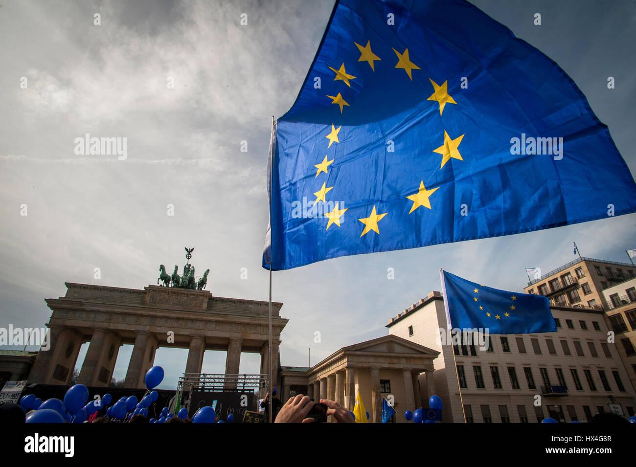 """Berlino, Germania 25 Mar, 2017 Gli europei si riuniscono presso il 'Marco per l'Europa"""", la Porta di Brandeburgo, Berlino, Germania. Il sessantesimo anniversario della firma dei Trattati di Roma una decina di migliaia di persone hanno marciato in tutta Europe città principali a sostegno dell'Unione europea. Credito: Craig Stennet/Alamy Live News Foto Stock"""