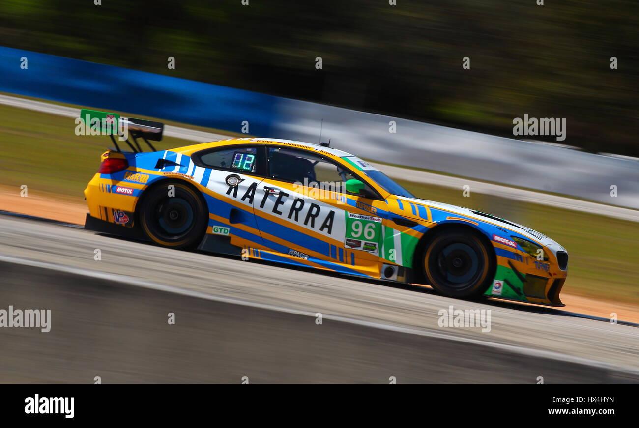 La Turner BMW con la livrea Katerra gare passato girare 7 verso la parte settentrionale del circuito di Sebring. Immagini Stock