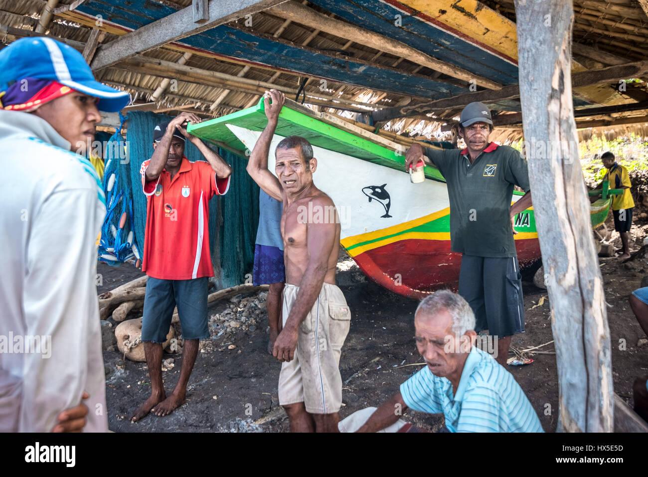 Pescatori tradizionali aventi una conversazione a secco di storage in barca nel villaggio di Lamalera, Lembata Isola, Immagini Stock