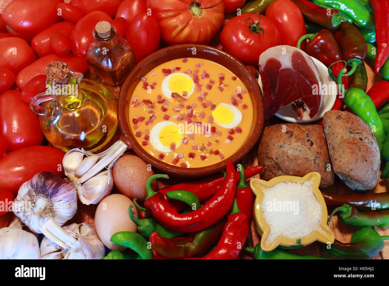 Salmorejo è un cibo tipico di Andalusia, nel sud della Spagna. i suoi ingredienti sono pomodoro, peperoncino, Immagini Stock