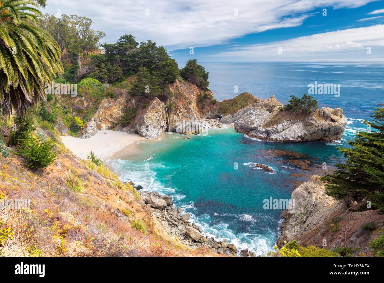 Spiaggia della California e cade, Julia Pfeiffer Beach, McWay cade. Immagini Stock
