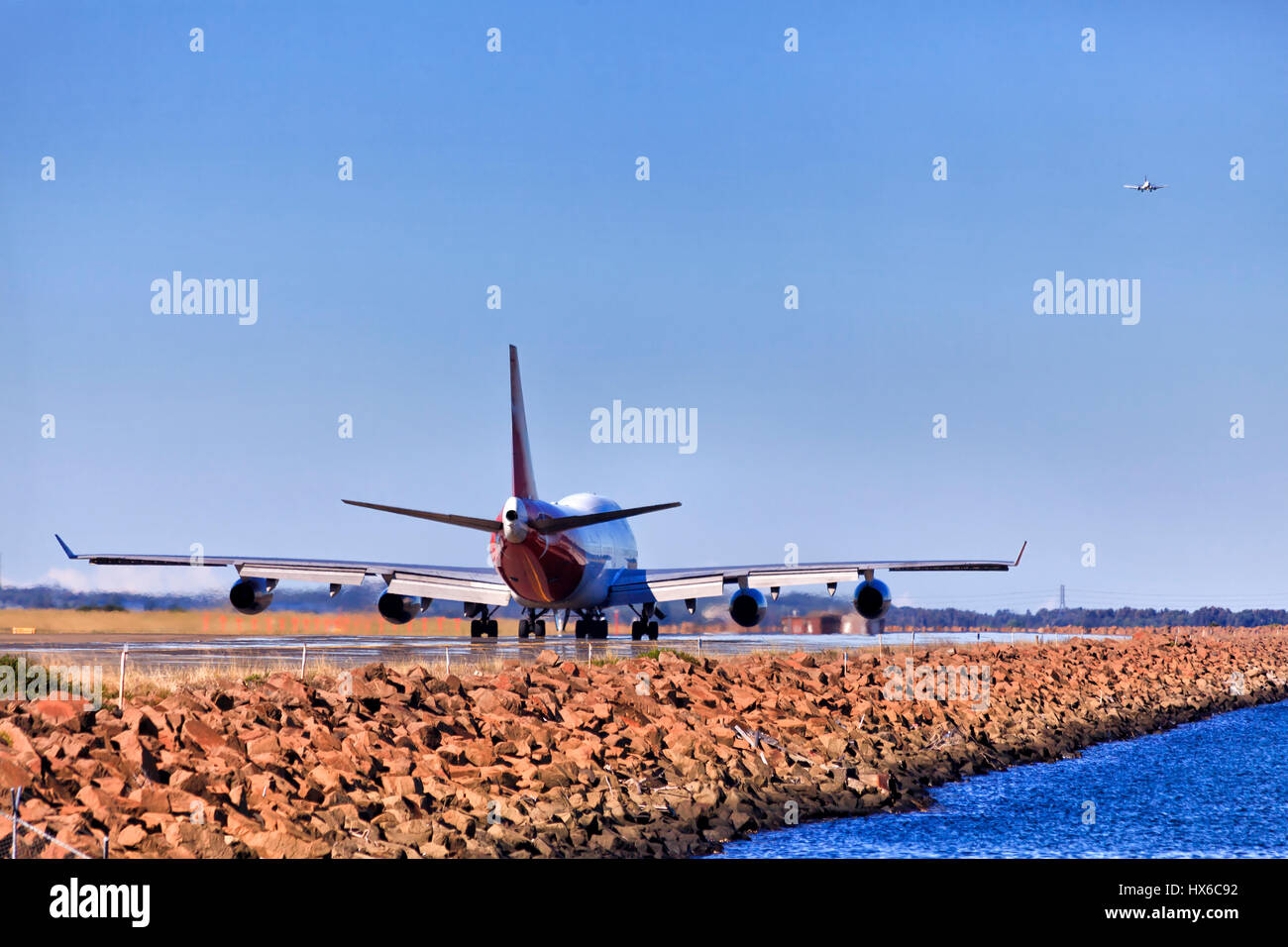 Grande doppio ponte aereo in esecuzione sulla pista dell'aeroporto internazionale di Sydney per accelerare il Immagini Stock