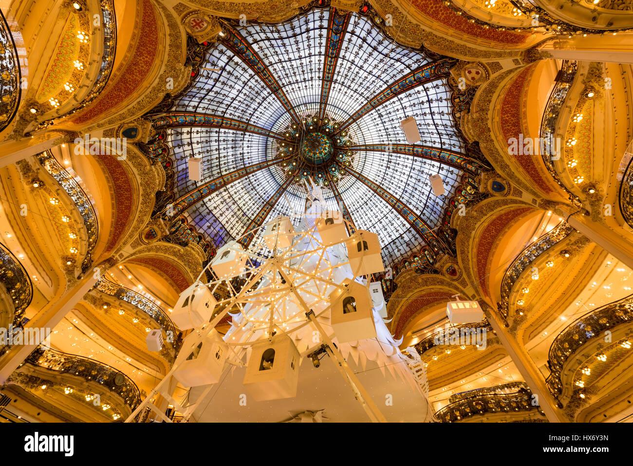 Gallerie Lafayette Haussman interno con cupola di vetro a Natale. Parigi, Francia Immagini Stock