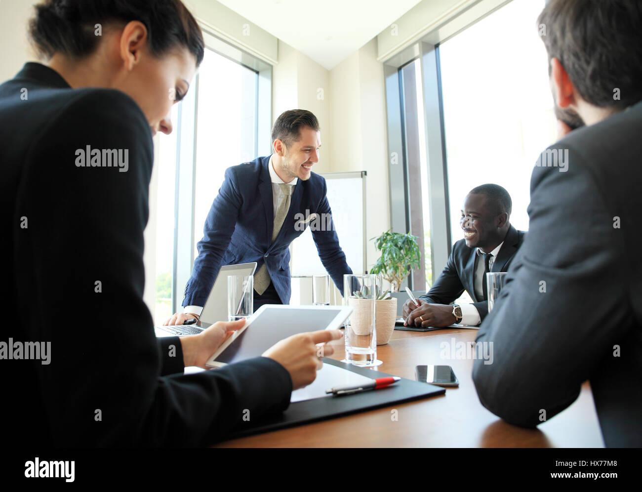 Gli imprenditori e la gente di affari conferenza nella moderna sala riunioni. Immagini Stock