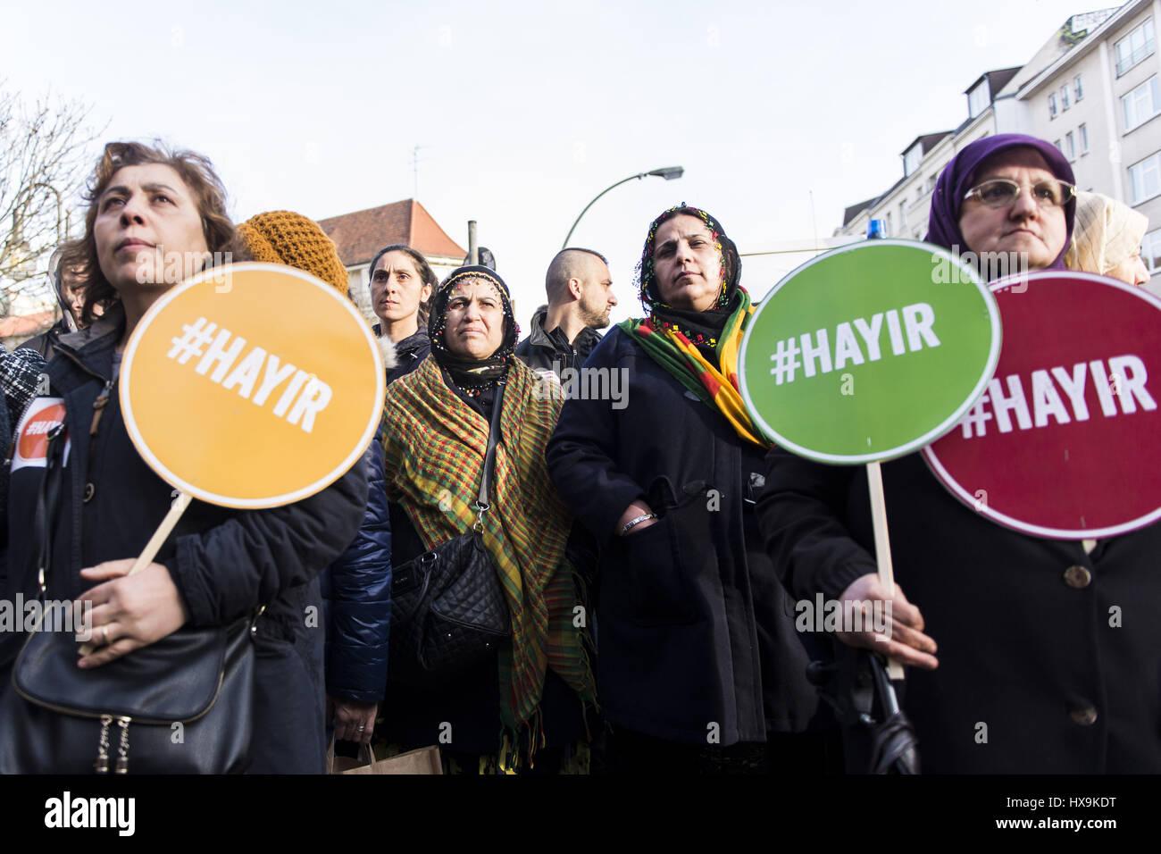 Berlino, Germania. 25 Mar, 2017. Gli avversari di Recep Tayyip Erdogan, Presidente della Turchia, tenendo cartelli con la scritta '#Hayir'. Diverse centinaia di persone nel rally Berlin Neukoelln e Kreuzberg, i manifestanti damand un no nel referendum costituzionale in Turchia, dove i turchi che vivono in Germania sono ammessi alla votazione. Credito: Jan Scheunert/ZUMA filo/Alamy Live News Foto Stock