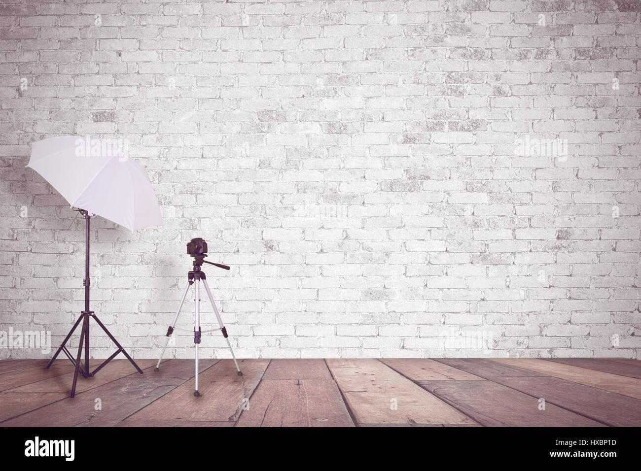 Bianco parete di mattoni in una foto in studio un ombrello per
