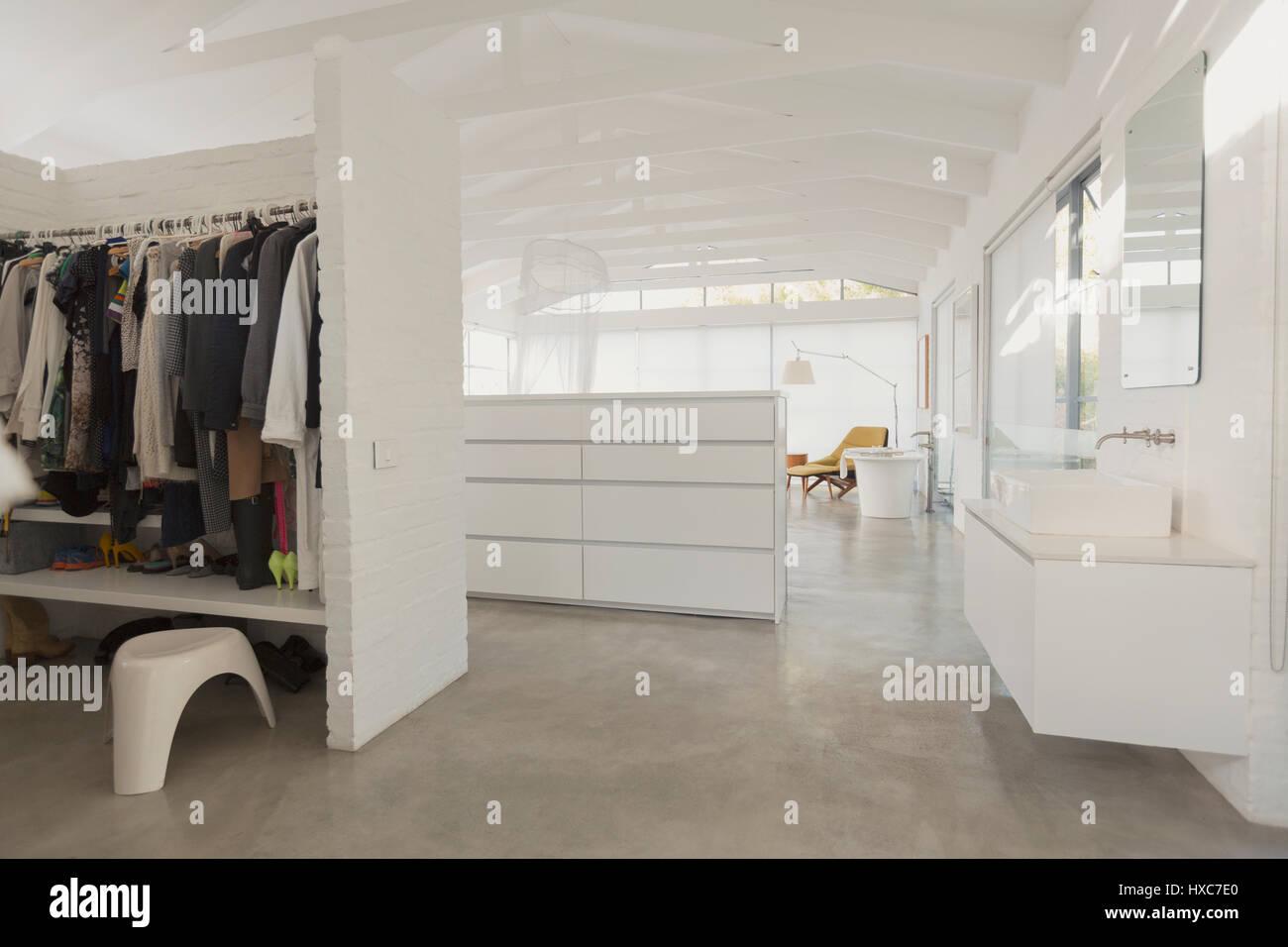 Armadio A Muro Bagno.Bianco Moderno E Minimalista Armadio A Muro E Bagno Vanita Foto