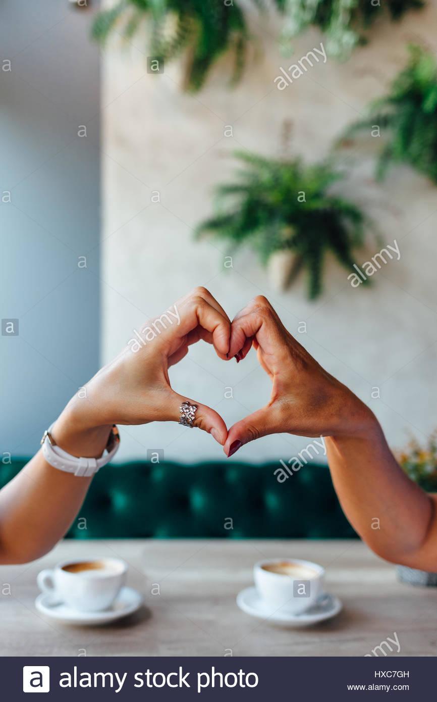 Primo piano della mamma e figlia facendo un cuore con le mani Immagini Stock
