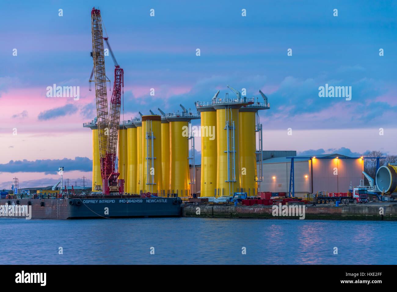 Le gambe di un olio modulo di perforazione che viene costruito in un cantiere di fabbricazione Immagini Stock