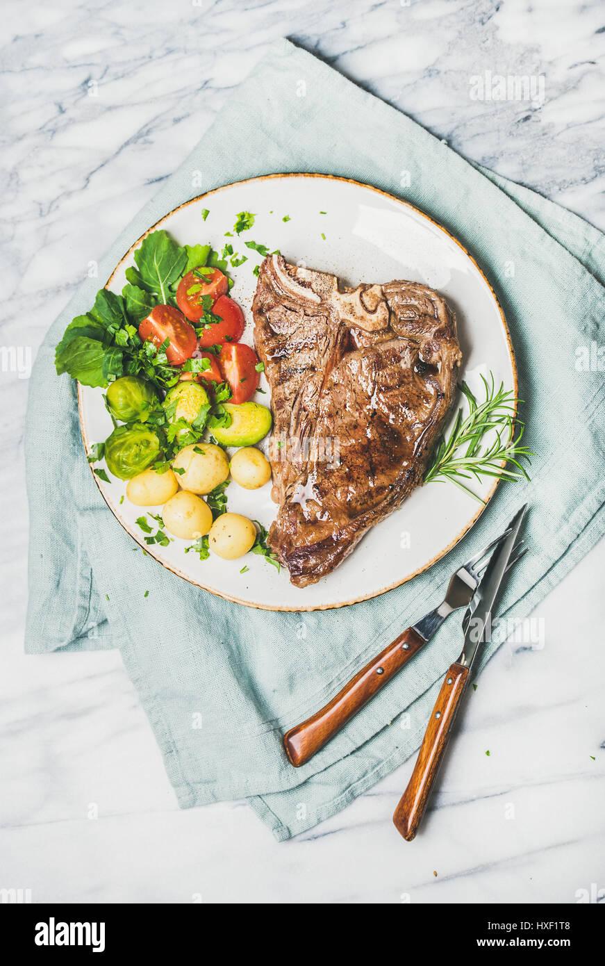 Grigliate di carne cena piastra con manzo cotto tbone steak Immagini Stock