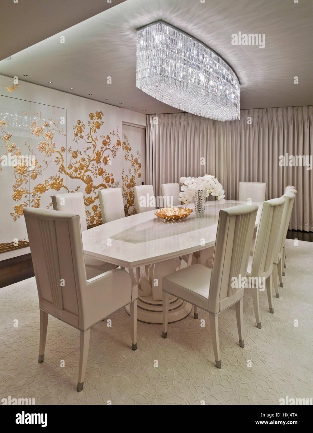 Bianco-oro sala da pranzo in un appartamento di lusso in Londra Foto ...