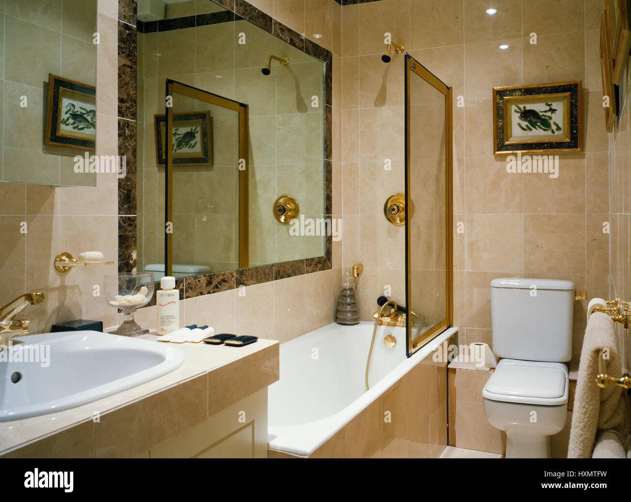 Lussuoso bagno rivestito di piastrelle di marmo foto immagine