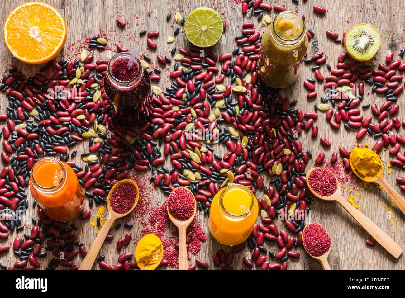 Detox dieta. Colorati diversi succhi di frutta freschi. vista superiore Immagini Stock