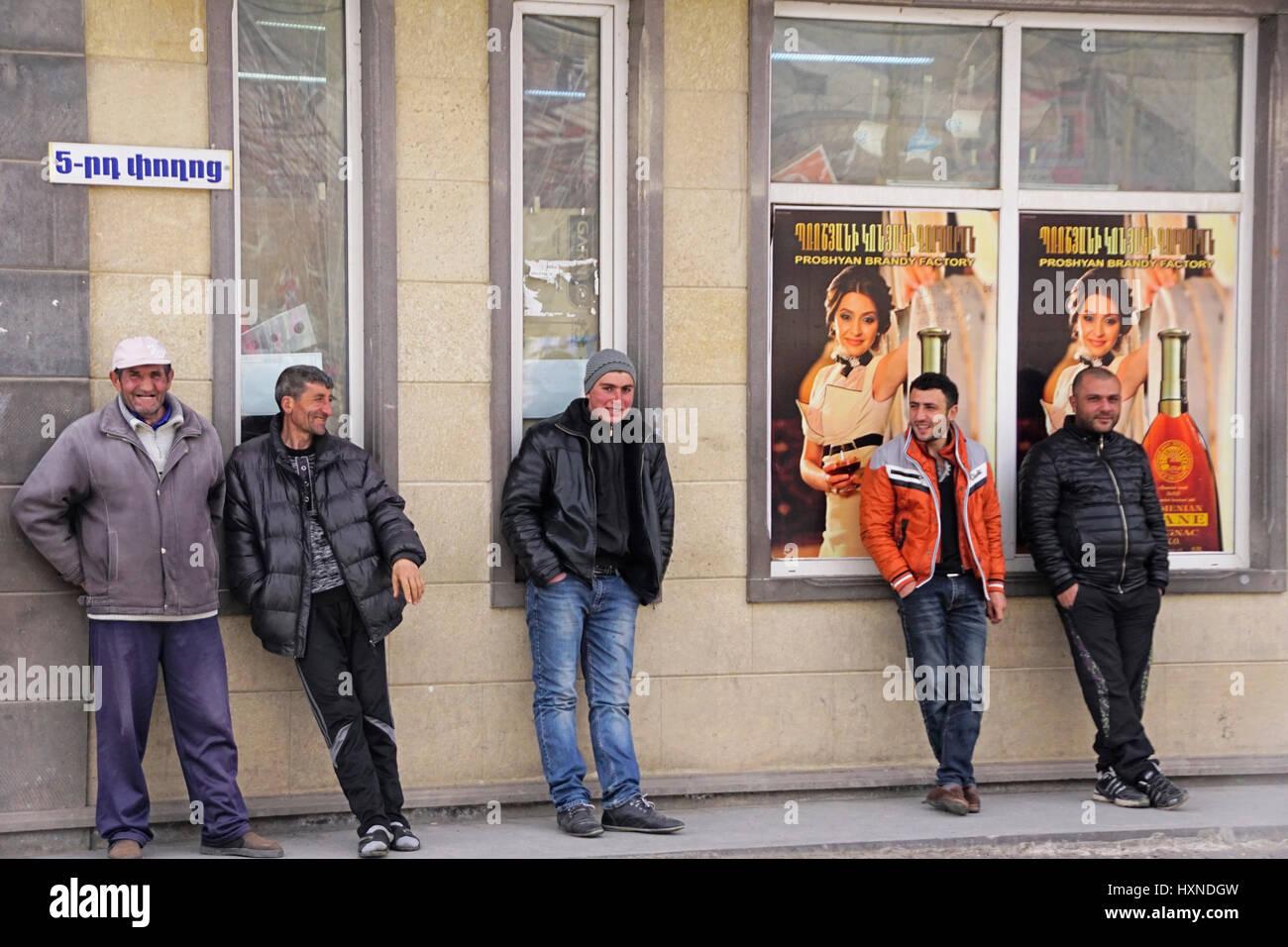 Disoccupati uomini armeno la presenza prolungata su strada nel villaggio di Goris. Immagini Stock