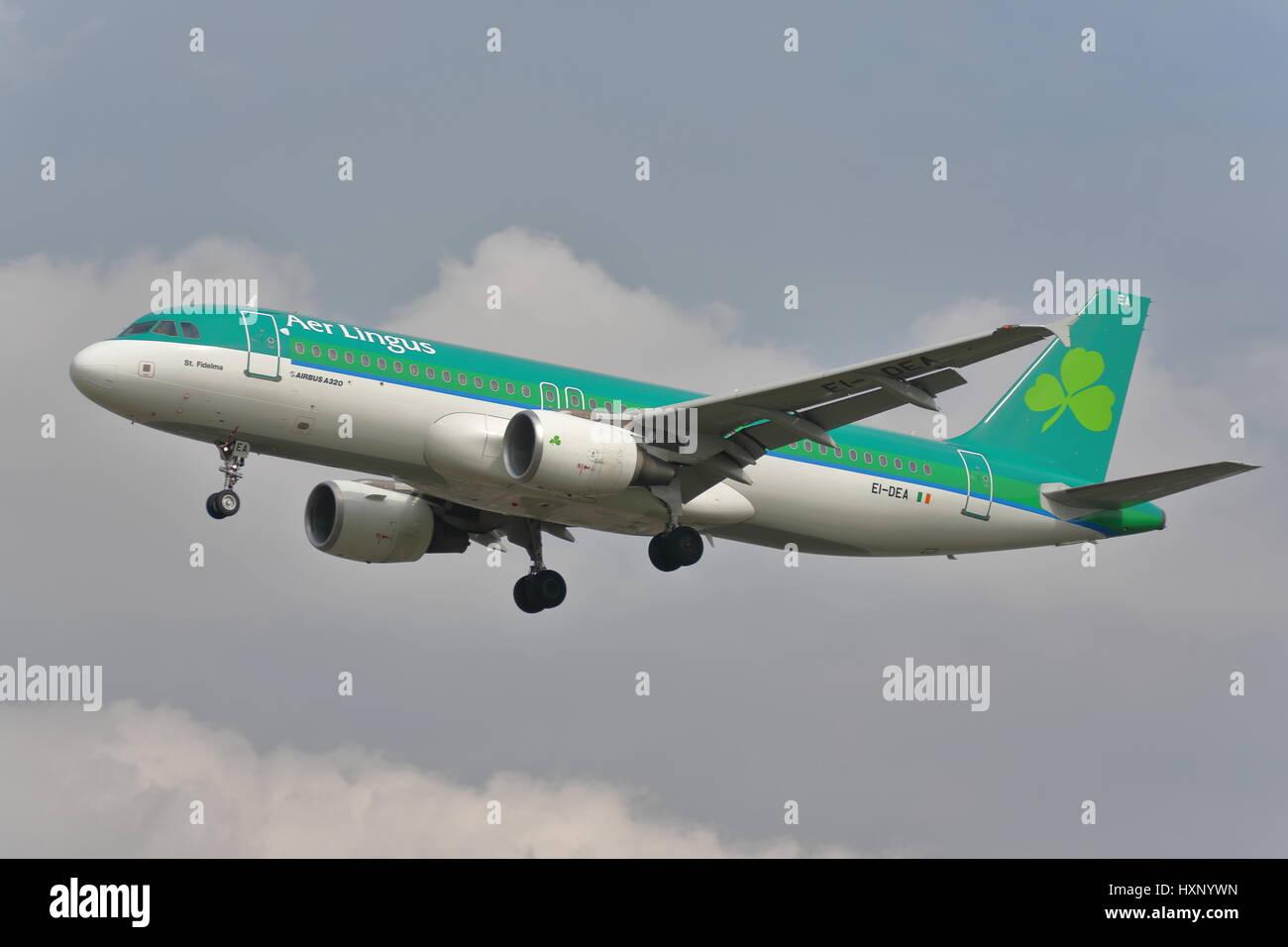 Aer Lingus Airbus A320 ei-dea atterraggio all'aeroporto Heathrow di Londra, Regno Unito Immagini Stock