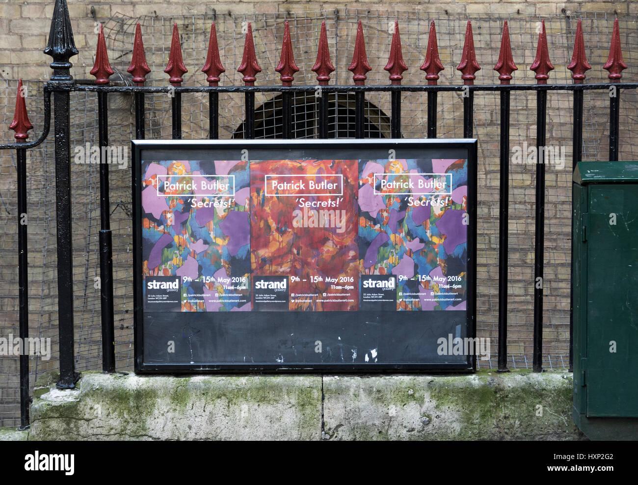 Manifesti per il 'Secrets' mostra arte da Patrick Butler allo Strand Gallery di Londra, Regno Unito Immagini Stock