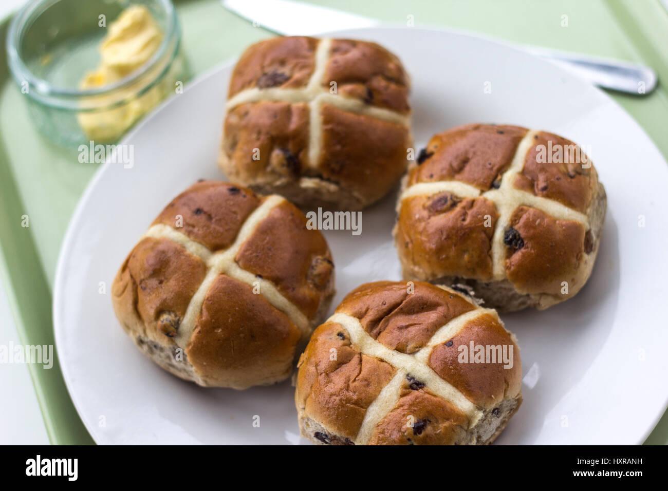 Nel XII secolo un monaco anglicana cotto i panini e contrassegnati con una croce in onore del Venerdì Santo Immagini Stock