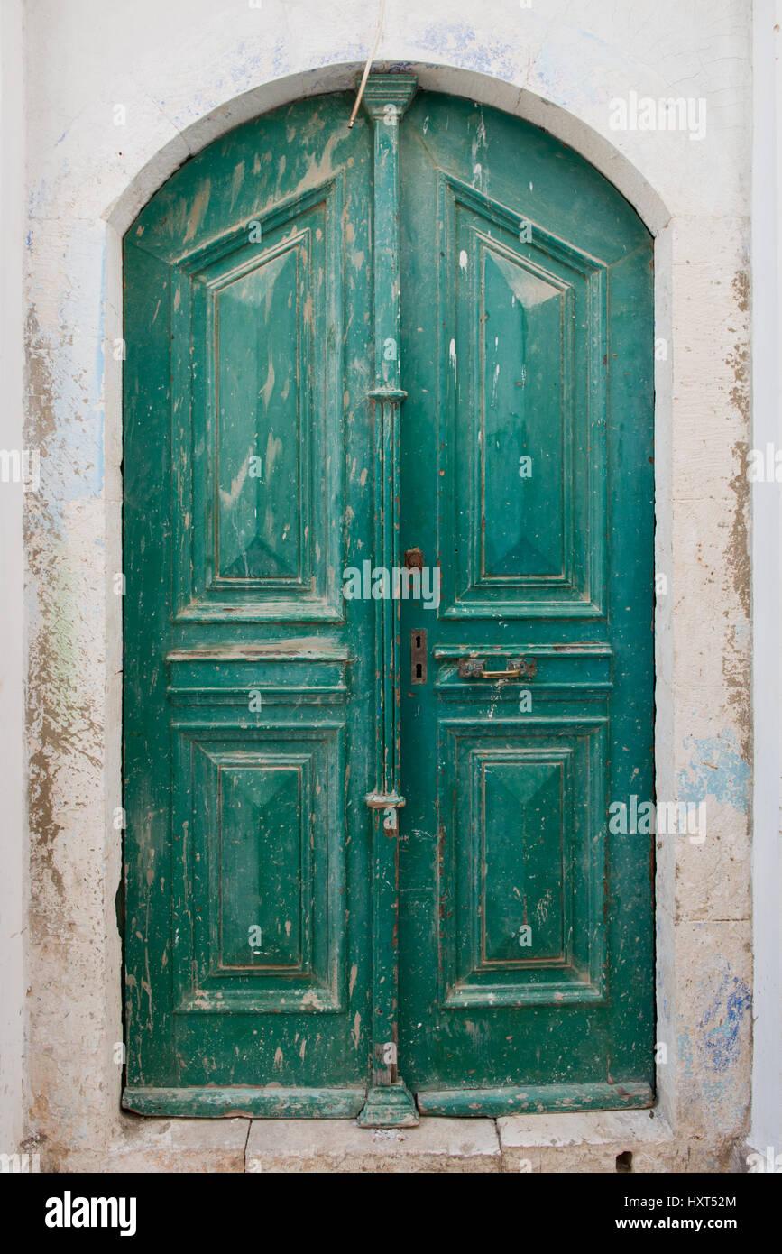 Antike grün gestrichene Holztüre in weißer Hauswand, Insel Kastellorizo, Dodekanes, Griechenland Immagini Stock