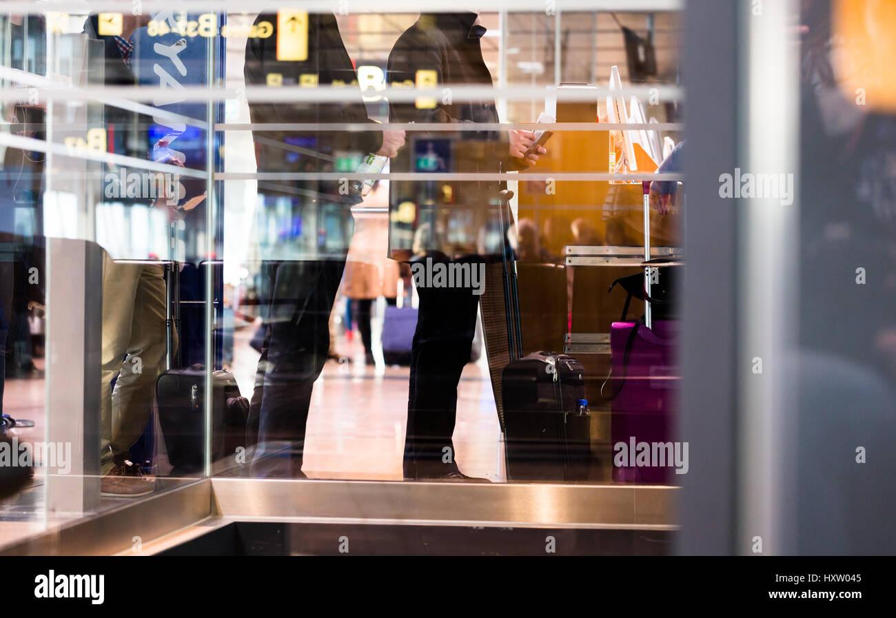 Persone in coda in attesa di linea alla porta di aeroporto per il check-in per ottenere l'aereo Ryanair Immagini Stock