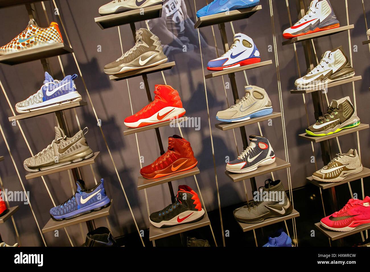 Un assortimento di scarpe da basket Nike in vendita nel negozio di NBA in  Manhattan. 0f4813fc2fe