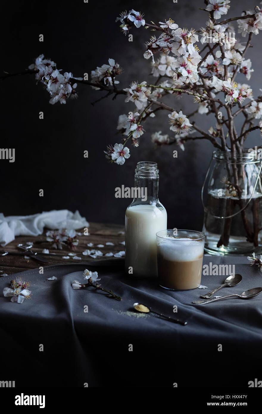 Cappuccino in un bicchiere sul tavolo di legno Immagini Stock