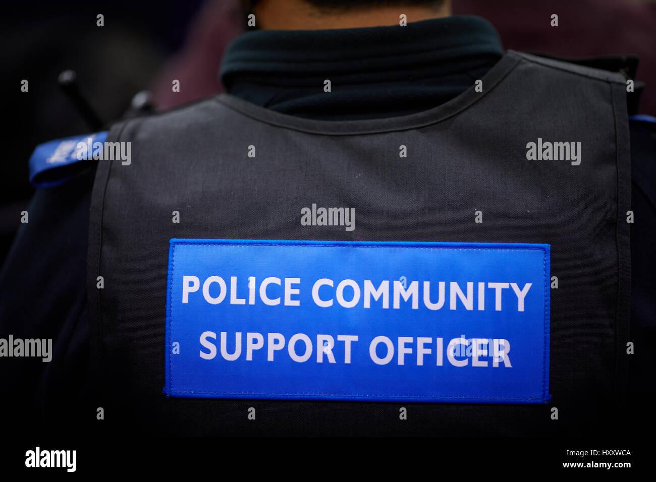 La polizia del sostegno comunitario Officer, badge PCSO sul retro di un giubbotto. Immagini Stock