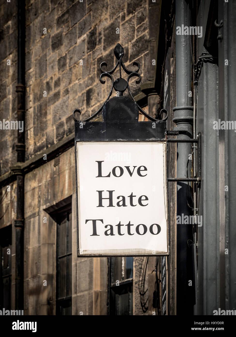Amore Hate tatuaggio segno esterno artista tattoo shop, Edimburgo, Scozia. Immagini Stock